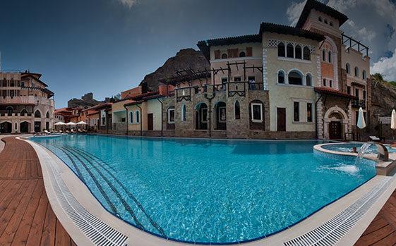 Открытый летний бассейн отеля Soldaya